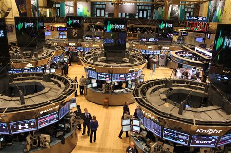 NYSE halts trading to honor Dow Jones for hitting 21,000